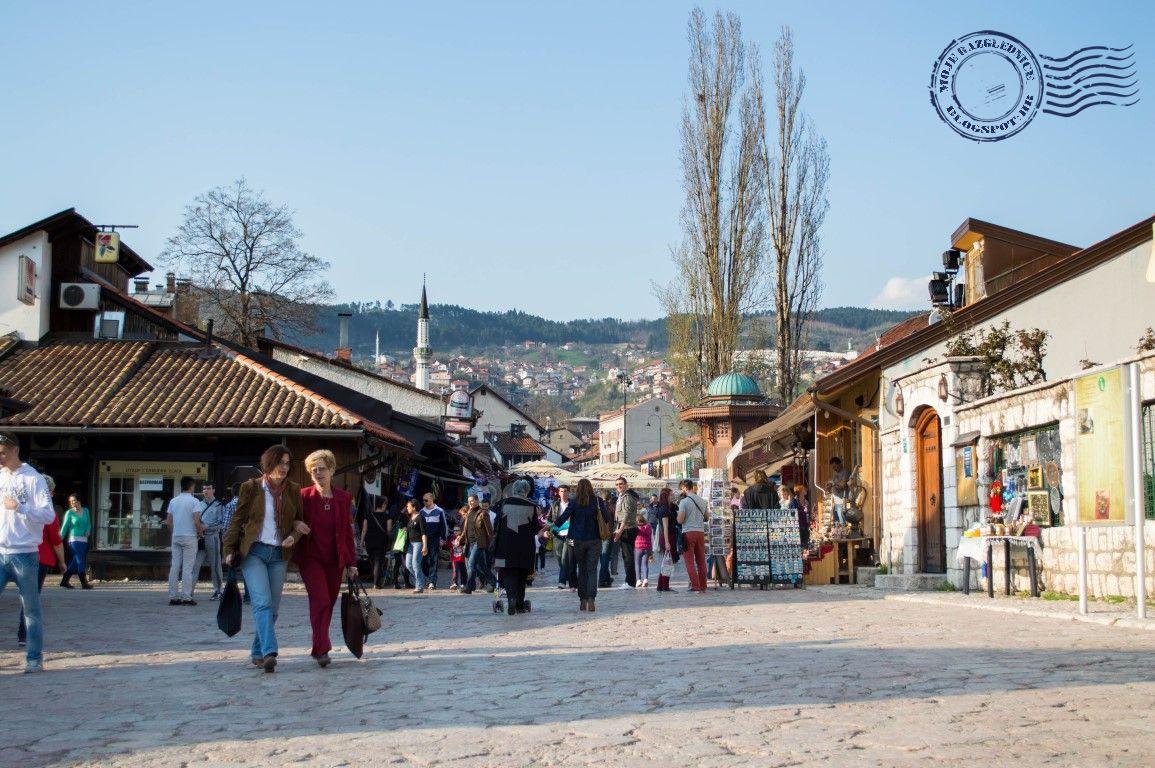 """Baščaršija je izgrađena u 15. stoljeću, kada je Isa Beg Isaković osnovao i cijeli grad. Riječ Baščaršija potječe od riječi """"baš"""", koja na turskom znači """"glavna"""", tako da Baščaršija znači """"glavna čaršija""""."""