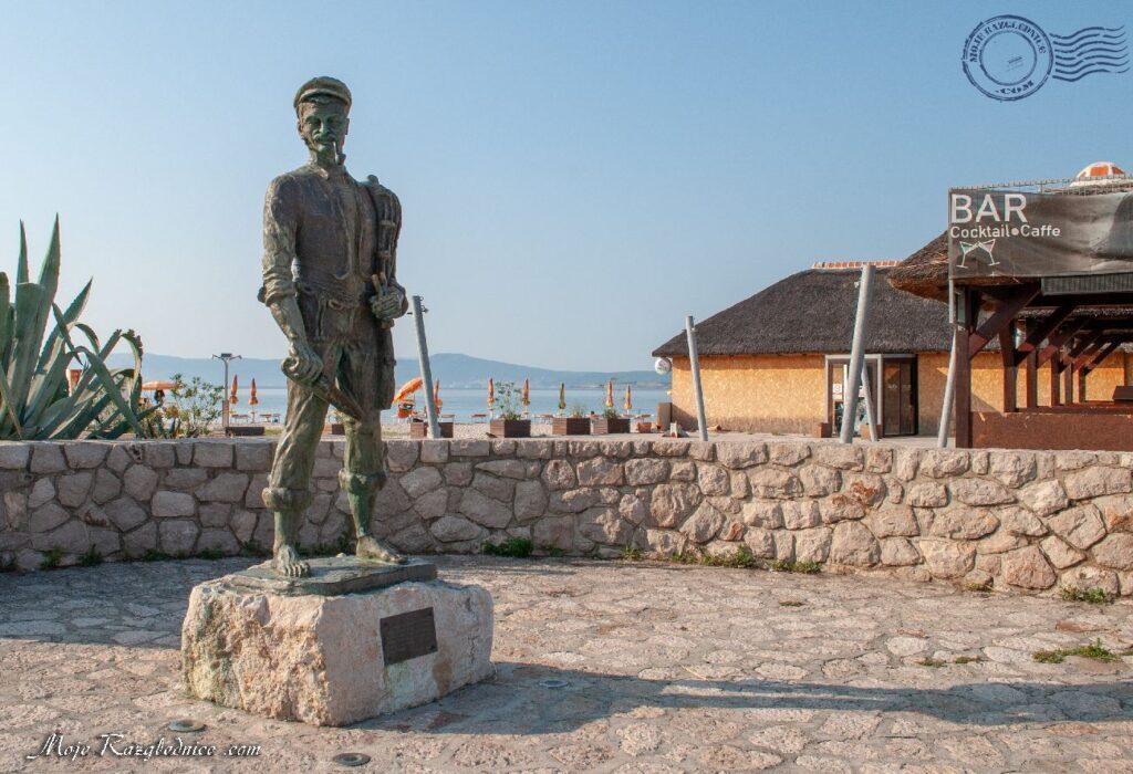 Brončani kip ribara je rad akademskog kipara Zvonka Cara.Kip se nalazi u gradskoj luci a izrađen je u znak sjećanja na ribare i bogatu tradiciju ribarenja koja je danas gotovo izumrla. U prošlosti ribom su se prehranjivale mnoge obitelji u Crikvenici a za njihov ulov bio je zaslužan ribar. Otuda i ova atrakcija koja krasi crikveničku rivu.