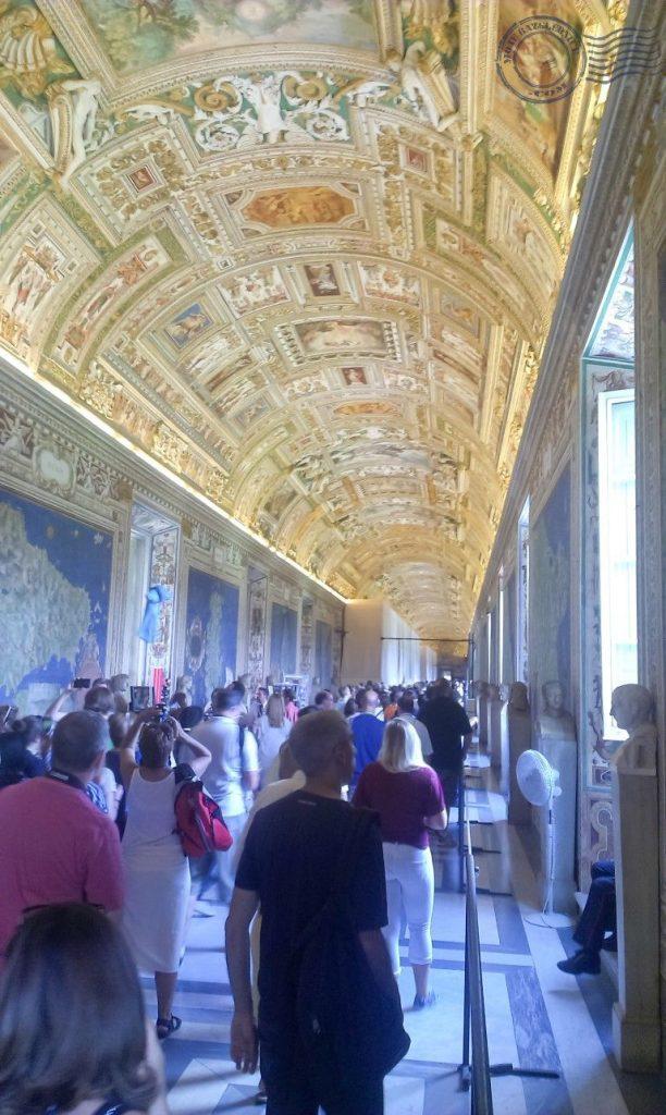 """U Vatikanske muzeje ulazi se iz Vatikanske aleje. Najveća kolekcija neprocjenjivih antikviteta i umjetnina na svijetu nalazi se u muzeju """"Pio Clementino"""" i muzeju """"Chiaramonti"""". No, najveća kolekcija talijanskih i europskih slika se čuva u 18 soba vatikanske pinakoteke. S Vatikanskim muzejima su povezane Rafaelove sobe i Sikstinska kapela."""