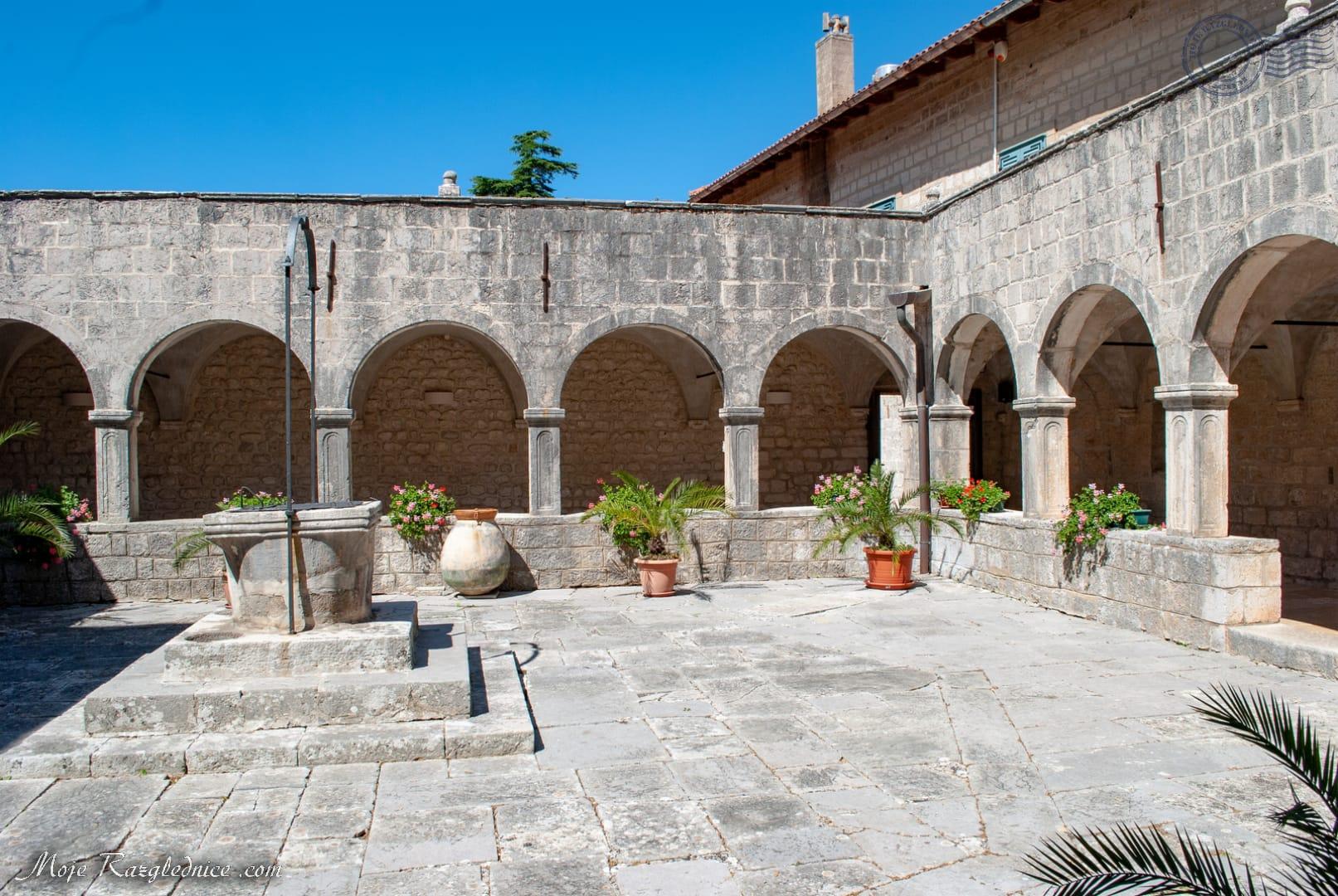 U središnjem dijelu otoka, čiji je ukupan opseg tek 1075 metara, a podignut je svega šest metara iznad mora, smješten je franjevački samostan s reprezentativnim renesansnim crkvenim zdanjem i klaustrom. Crkva Navještenja Blažene Djevice Marije dovršena je 1523., a izgrađena je na mjestu starije benediktinske romaničke crkve.